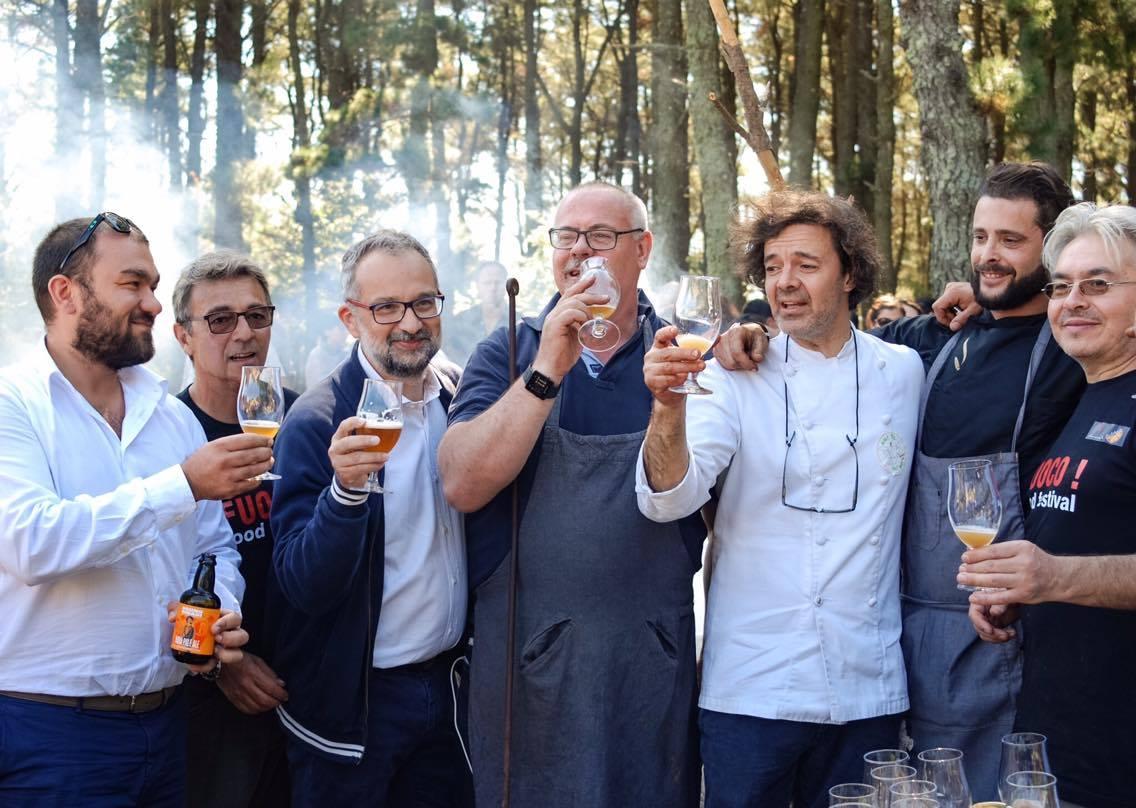 Daniele Miccione brinda al FUOCO in compagnia dello chef Giuseppe Zen, Sebastiano Formica, Emiliano Lopez, Dario Calogero, Ernesto Beretta e altri amici