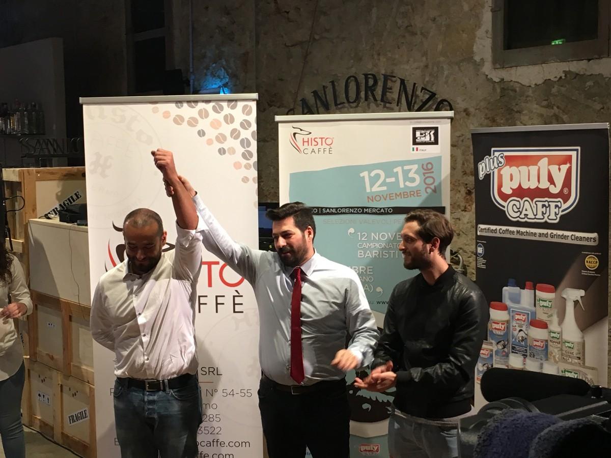 La premiazione, primo classificato Davide Spinelli (a sinistra), il giudice Davide Cobelli (centro), il secondo classificato Alessio Vabres (destra)