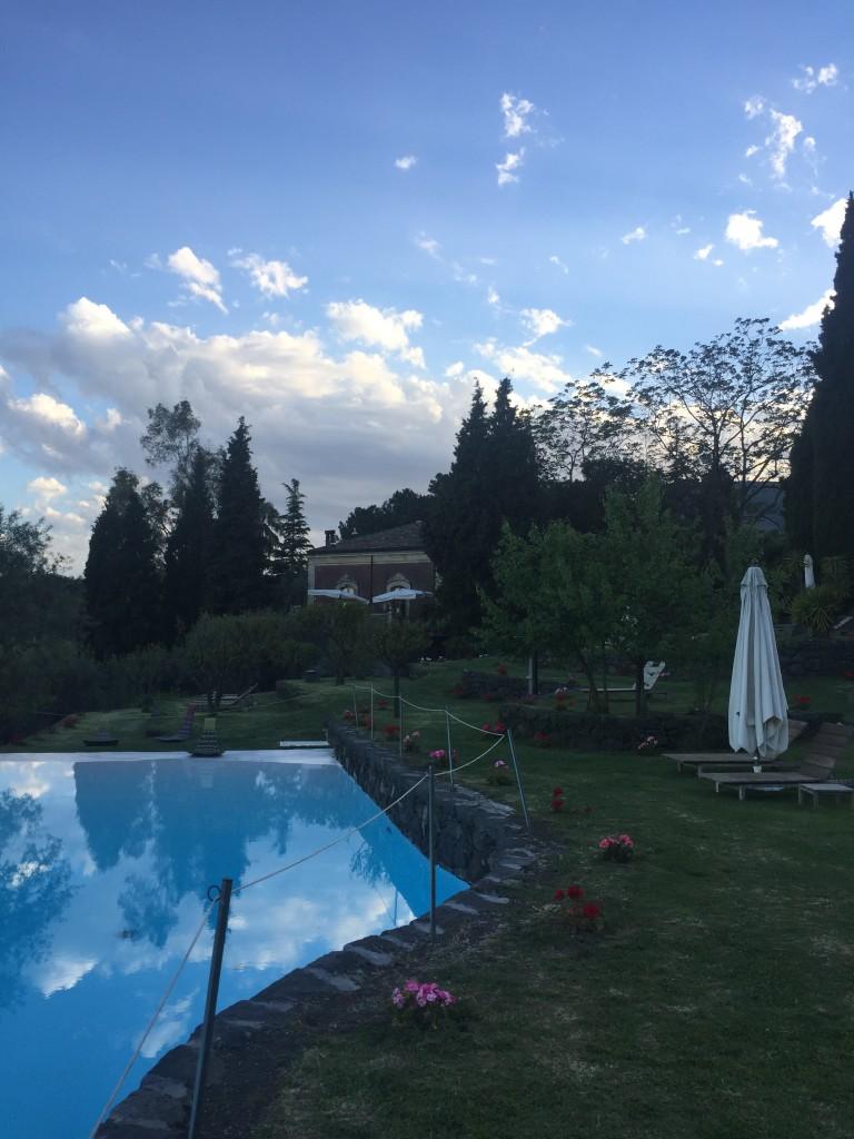 La piscina di Monaci delle Terre Nere, immersa nel giardino