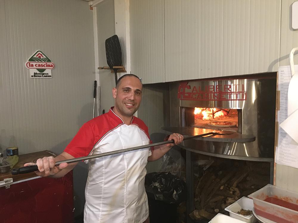 il pizzaiolo Matteo La Spada al lavoro