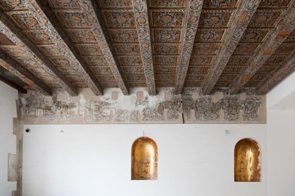 Stanza del soffitto ligneo con nicche dorate. Museo Salinas a Palermo